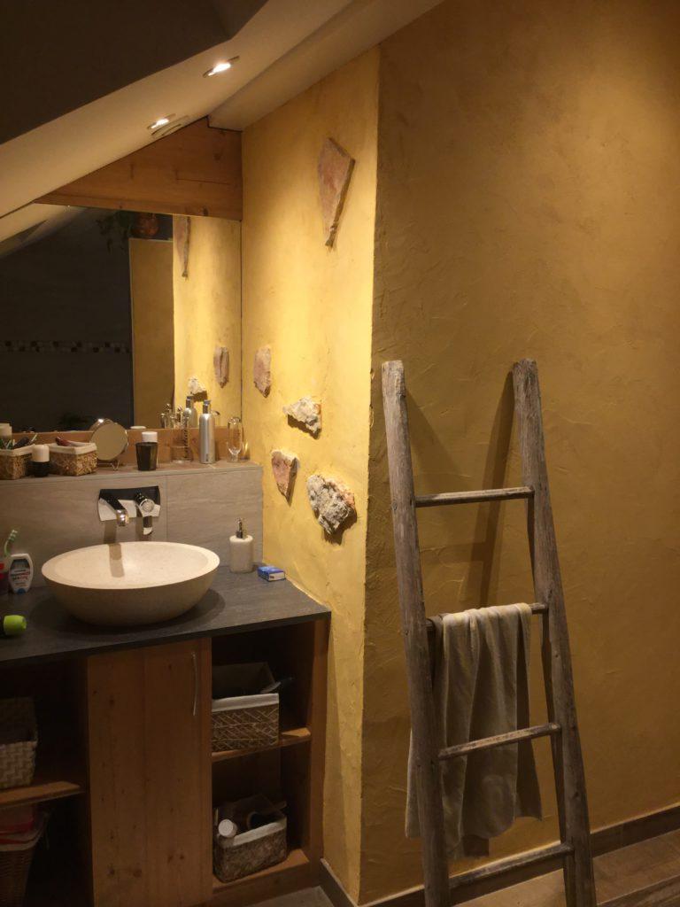 Salle de bain en chaux et pierres